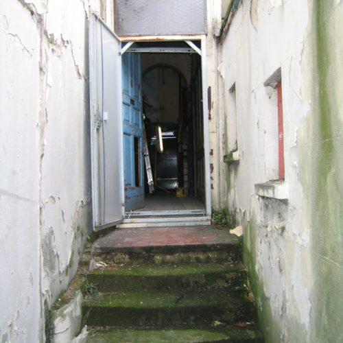 810 High Rd - doorway before works